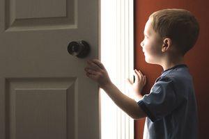 Можно ли и как выписать несовершеннолетнего ребенка из квартиры